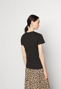 Puma - CLASSICS LOGO TEE - T-shirt con stampa - black/metallic - 2