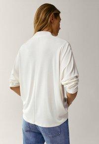 Massimo Dutti - MIT STEHKRAGEN - T-shirt à manches longues - beige - 1