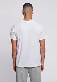 Hummel - HMLPETER  - T-shirt med print - white - 2