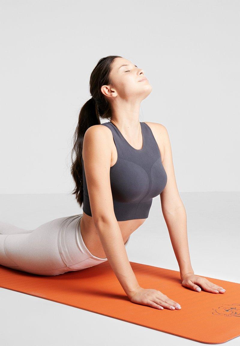Yogasearcher - COMFORT YOGA MAT 5MM - Fitness/yoga - grey/orange