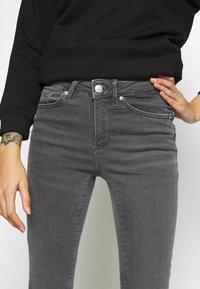 Vero Moda Petite - VMTERESA MR JEANS PETITE - Jeans Skinny Fit - medium grey denim - 4