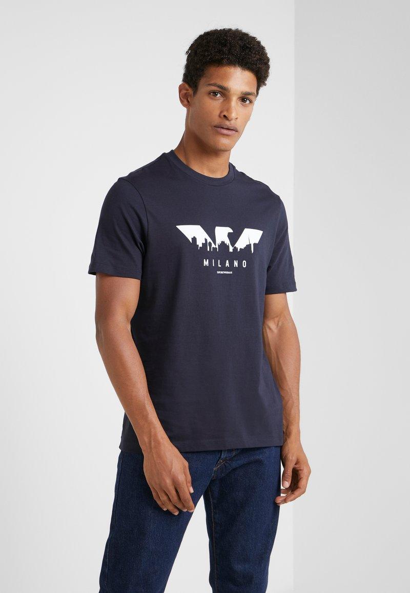 Emporio Armani - T-shirt z nadrukiem - blu navy
