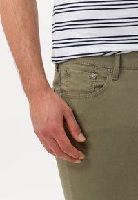 BRAX - STYLE CHUCK - Straight leg jeans - khaki - 3