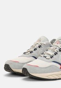 Hummel - MARATHONA REACH LX UNISEX - Sneakers - white/lunar rock - 5