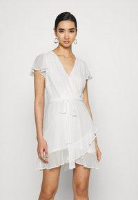 Nly by Nelly - DREAMY FLOUNCE DRESS - Sukienka koktajlowa - white - 0