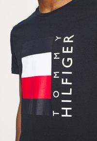 Tommy Hilfiger - CORP STRIPE BOX TEE - T-shirt z nadrukiem - desert sky - 4