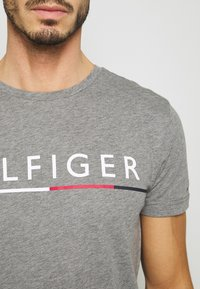 Tommy Hilfiger - GLOBAL STRIPE TEE - T-shirt print - grey - 4