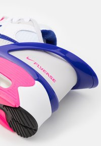 Nike Sportswear - AIR MAX 90 FLYEASE  UNISEX - Tenisky - white/concord/pink glow/zen grey - 5