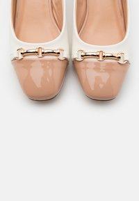 Wallis - CAST - Escarpins - white/camel - 5