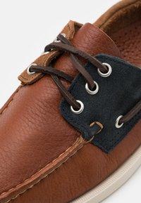 Sebago - PORTLAND THREE EYES  - Boat shoes - blue navy/cognac dark brown - 5