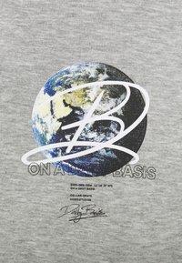 Daily Basis Studios - GLOBE HOOD UNISEX - Sweatshirt - grey marl - 2