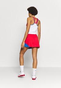 ASICS - CLUB SKORT - Sportovní sukně - electric blue/classic red - 2