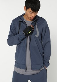 Nike Performance - MEN´S ELEMENTAL FITNESS GLOVE - Gants - black/dark grey/black/volt - 0