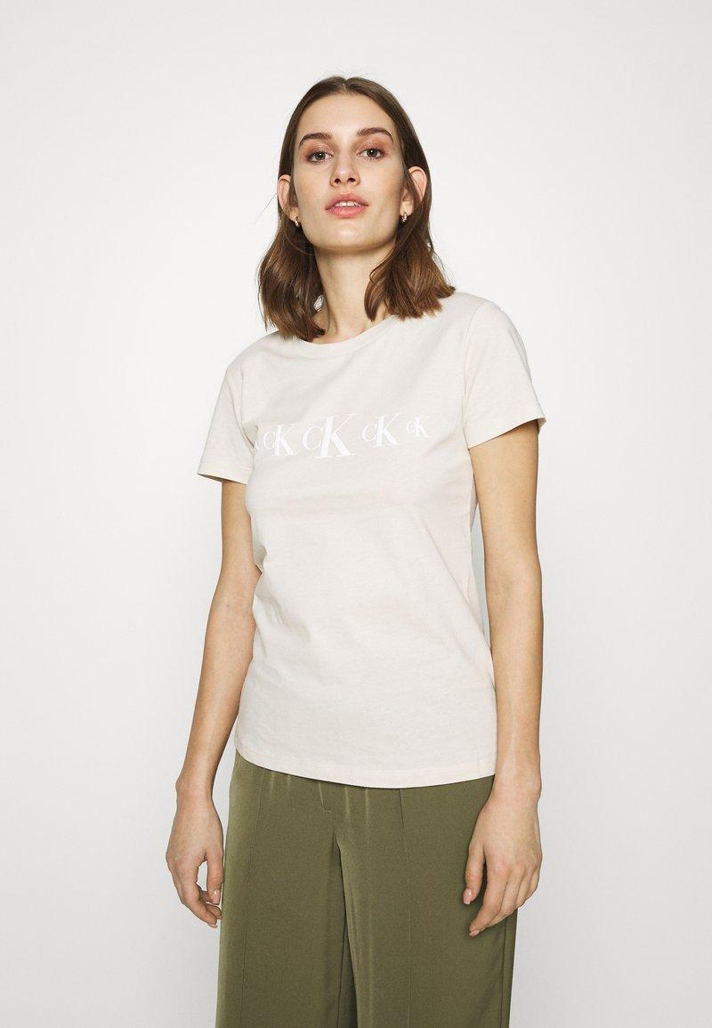 Calvin Klein Jeans - ECO SLIM - T-shirt con stampa - soft cream/bright white