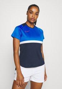 Nike Performance - DRY - T-shirts med print - obsidian/soar/white/laser crimson - 0