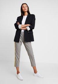 TOM TAILOR DENIM - CIGARETTE PANTS - Pantalon classique - grey/yellow - 2