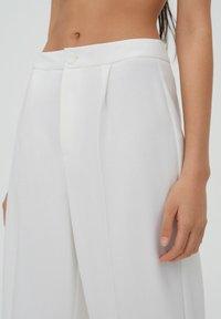 PULL&BEAR - Spodnie materiałowe - white - 4