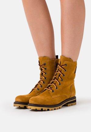 BOOTS - Šněrovací kotníkové boty - mustard