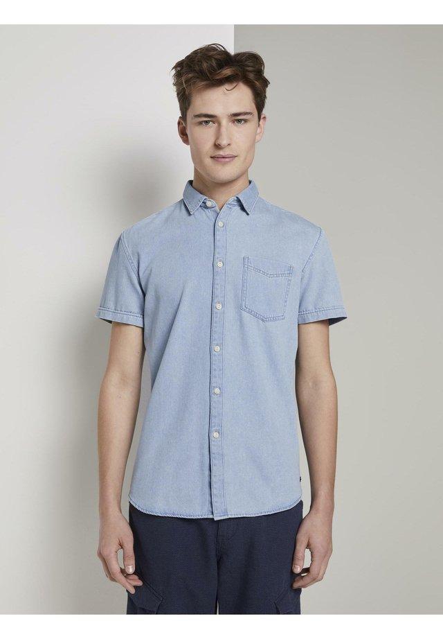 BLUSEN & SHIRTS KURZARM-JEANSHEMD - Camisa - bleached blue denim