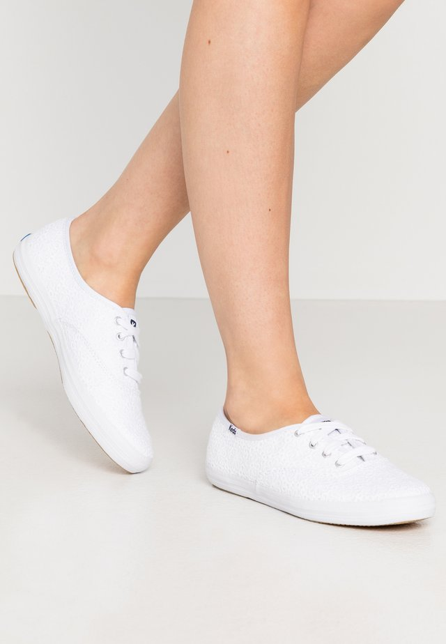 CHAMPION DAISY EYELET - Matalavartiset tennarit - white