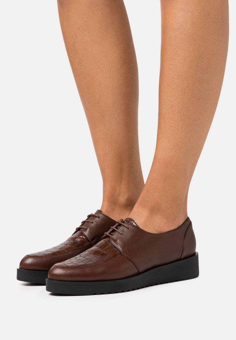 Brenda Zaro - AMANDA - Šněrovací boty - cognac