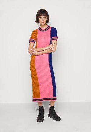DRESS - Pouzdrové šaty - gold/pink/blue