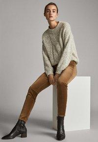 Massimo Dutti - MIT HOHEM BUND  - Trousers - ochre - 5