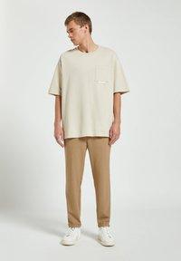 PULL&BEAR - Basic T-shirt - off-white - 1