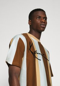 Karl Kani - SIGNATURE STRIPE TEE - Print T-shirt - beige - 3
