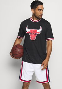 New Era - NBA CHICAGO BULLS OVERSIZED APPLIQUE TEE - Klubové oblečení - black - 0