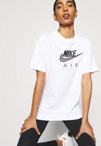 Nike Sportswear - Camiseta estampada - white/black - 3