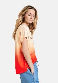 Gerry Weber Casual - T-shirt med print - red/orange - 1