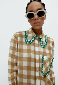 Uterqüe - MIT VICHYKAROS  - Button-down blouse - camel - 3