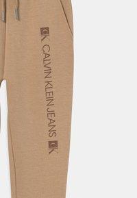 Calvin Klein Jeans - MONOGRAM BLOCK LOGO - Teplákové kalhoty - summer stone - 2
