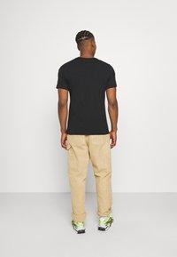 Nike Sportswear - TEE MULTIBRAND - T-shirt med print - black - 2
