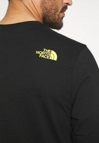 The North Face - MENS GRAPHIC TEE - Bluzka z długim rękawem - black/lemon - 6