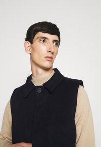 Bruuns Bazaar - HEJA MARTIN WOOL VEST - Bodywarmer - navy blazer - 3