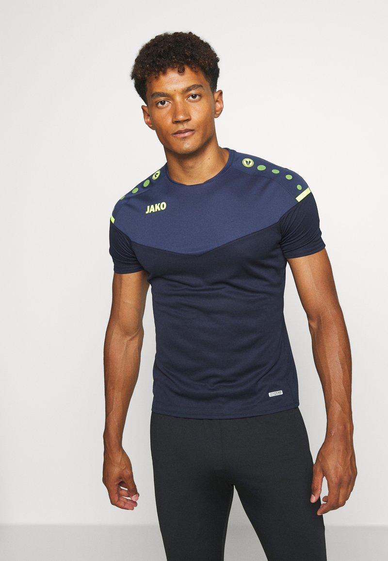 JAKO - CHAMP - Print T-shirt - marine/blue/neongelb