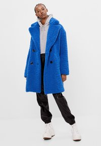 Bershka - MIT LAMMFELLIMITAT - Winter coat - blue - 1