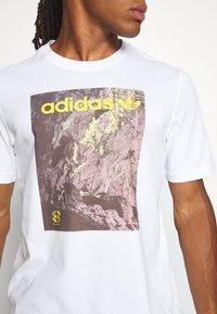 adidas Originals - TEE - T-shirt med print - white - 4