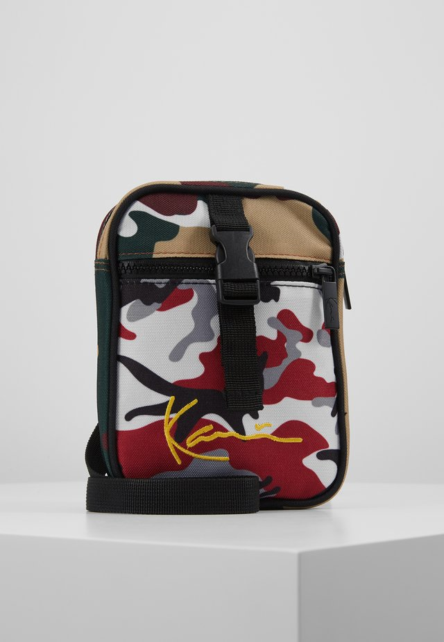 CAMO MESSENGER BAG - Taška s příčným popruhem - burgundy/white/black/yellow