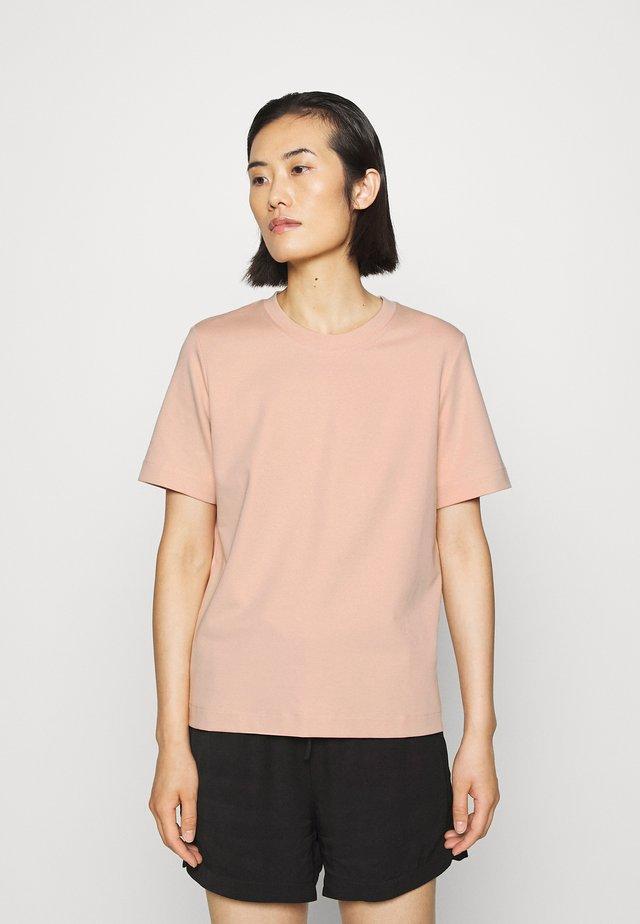 T-SHIRT - Basic T-shirt - orange dust