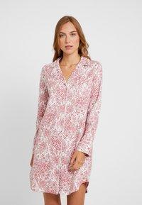 Lauren Ralph Lauren - CLASSIC NOTCH COLLAR SLEEPSHIRT - Noční košile - red - 0