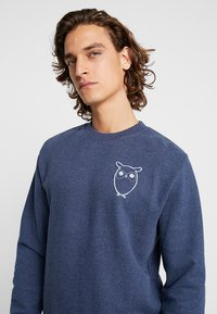 Knowledge Cotton Apparel - WITH OWL CHEST LOGO - Mikina - insigna blue melange - 4