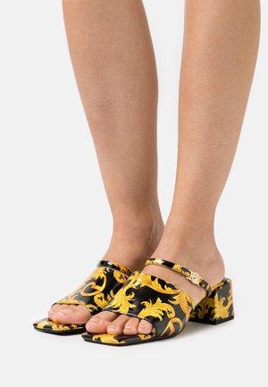 Pantofle na podpatku - multicolor