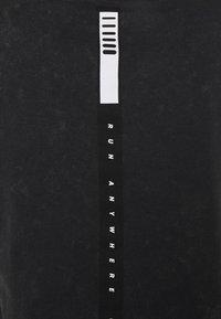 Under Armour - RUN ANYWHERE SHORT SLEEVE - Print T-shirt - black - 4