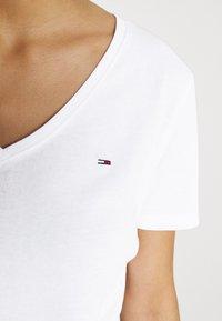 Tommy Jeans - SLIM SOFT V NECK TEE 2 PACK - Basic T-shirt - black/white - 6