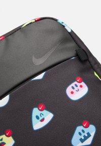Nike Sportswear - ESSENTIALS - Umhängetasche - black/smoke grey - 5