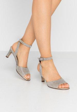 BRANCA - Sandaalit nilkkaremmillä - sand shimmer