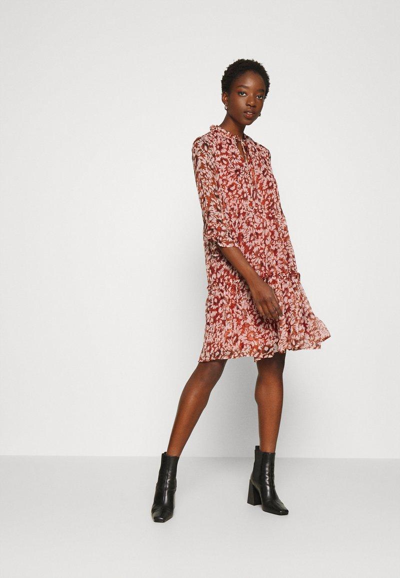 ONLY - ONYVILMA DRESS - Vestido informal - picante